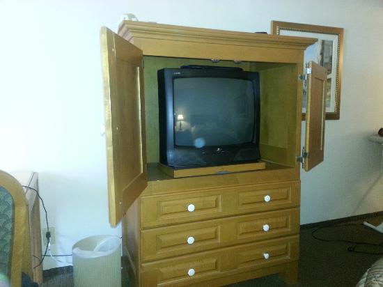 ‪جوفيرنور هوتل مونتريال: This is a photo of the TV inside my room...the door of the cabinet does not close