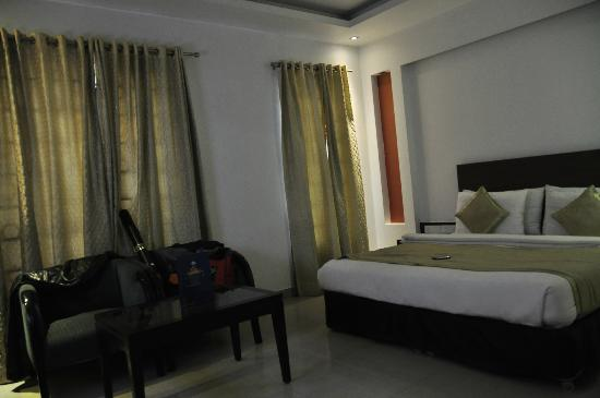 Hotel Krishna: Windows - Quiet Room