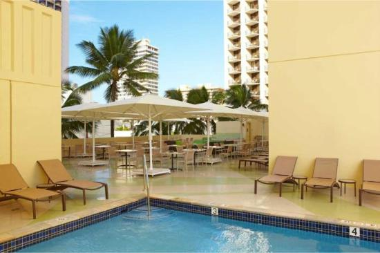 Hyatt Place Waikiki Beach: Breakfast area with pool overlooking the city