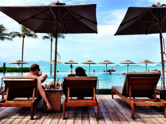 Hansar Samui Resort: Lounging around the pool at happy hour