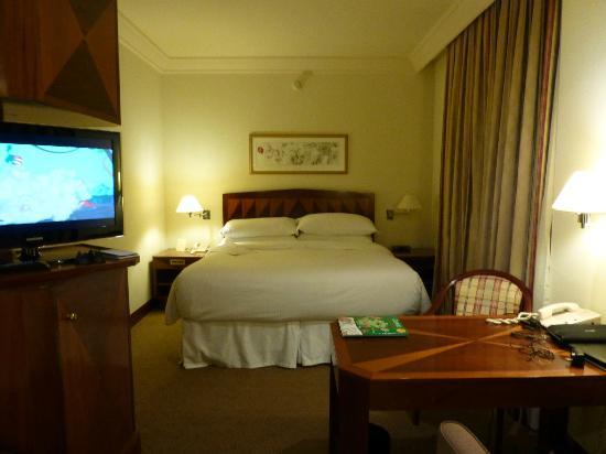 Sheraton Sao Paulo WTC Hotel: King size bed and desk area