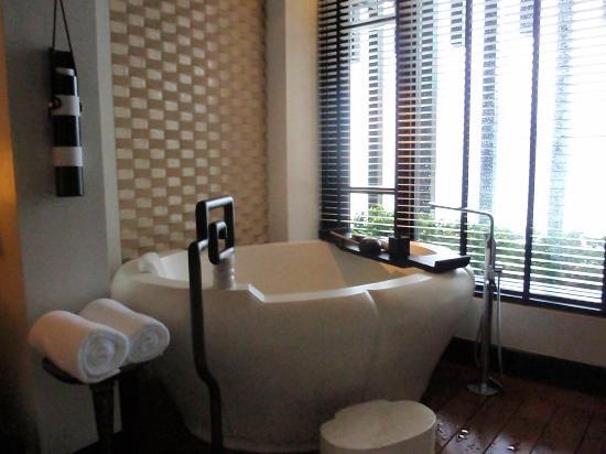 InterContinental Danang Sun Peninsula Resort : Bathtub