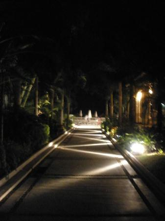 Buenaventura Grand Hotel & Great Moments All Inclusive: Walk way a night in center of Hotel