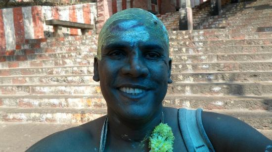 ‪‪Palani‬, الهند: Deven Raja Lawak fulfills a vow to shave his head bald in Palani Murugan Temple, India.