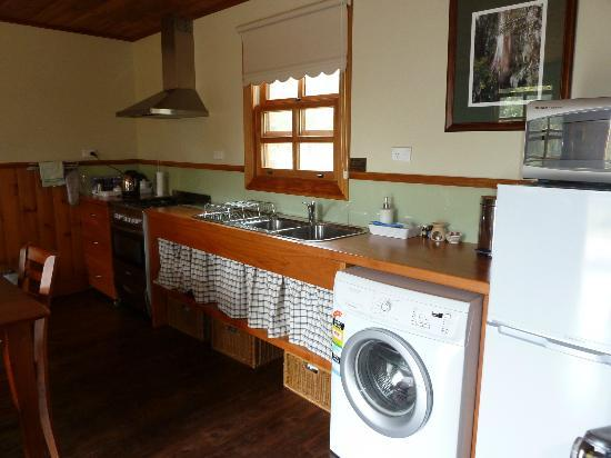 Tin Dragon Trail Cottages: Kitchen
