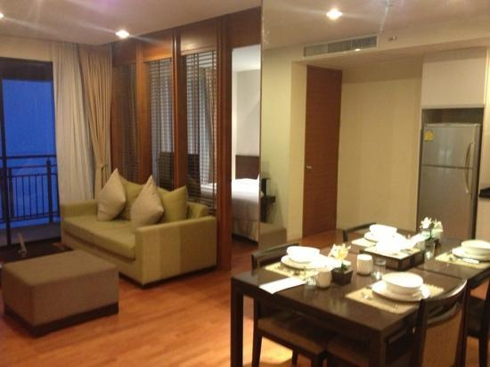 Amanta Ratchada Serviced Apartment Bangkok Hotel: Large modern and contemporary room.