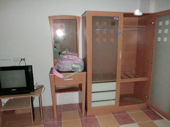 Thanapa Place : large wardrobe