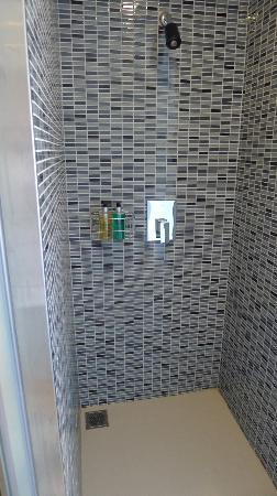 Trinity Silom Hotel: Shower (new wing)