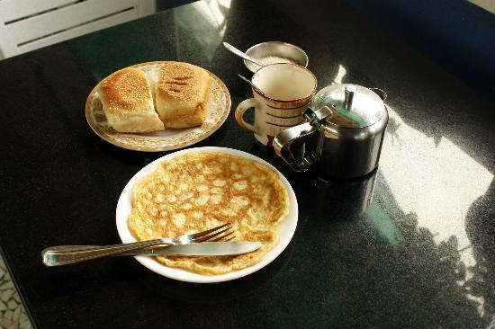 Afonso Guest House: Breakfast, with goan bread