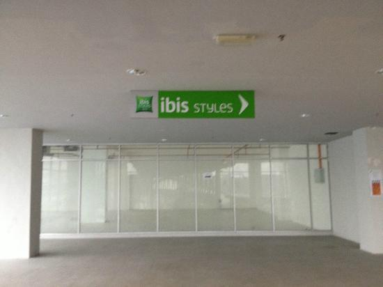ibis Styles Kuala Lumpur Fraser Business Park: Mall leading to the Hotel