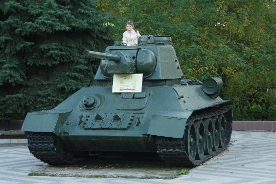 Park of the 30th anniversary of the Victory: дочка на танке