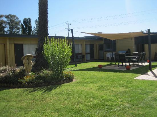 Cootamundra Gardens Motel: Garden adjoining for Relaxing
