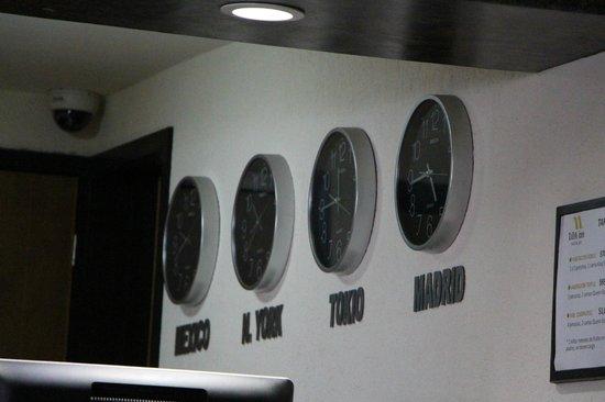 Loa Inn Puebla: Relojes en recepción