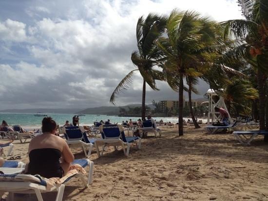 ClubHotel Riu Ocho Rios: ondanks (veel) bewolking was het strand prima uit te houden met een constante temperatuur van 30