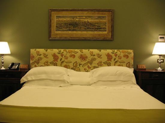 Villa Spalletti Trivelli: bed & artwork