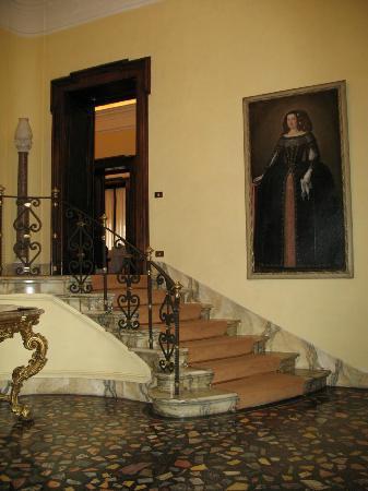 Villa Spalletti Trivelli: right view of front entrance foyer