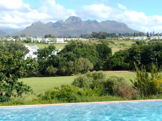 De Zalze Lodge: Aussicht mit Pool und auf den Helderberg