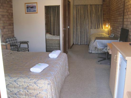 Spa Village Travel Inn: Bed/Living area