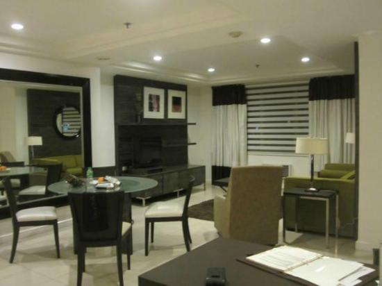 Astoria Plaza: The dining and living room