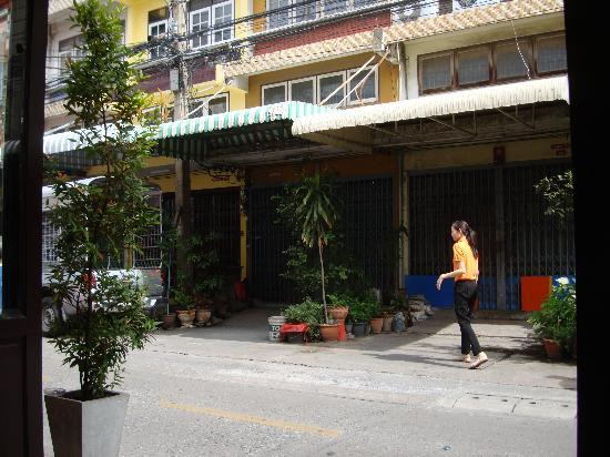 Focal Local Bed and Breakfast: outside on the street we get a tuk tuk 