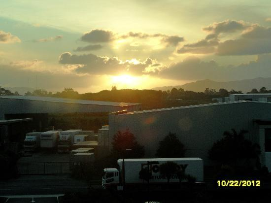 Sudima Auckland Airport Hotel: Sunset view from our room