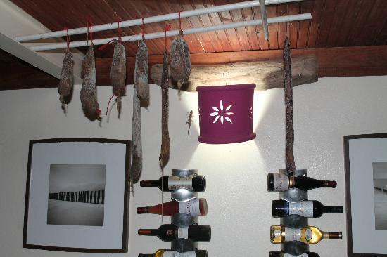 La Table d'Arno: il fait ces saucissons lui meme