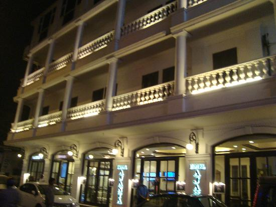 Hotel Ajanta: Front View of the Hotel..most classy in Paharganj