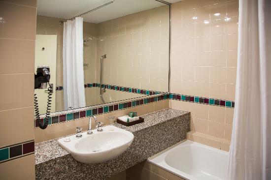 ريدجز باراماتا: Bathroom with bath