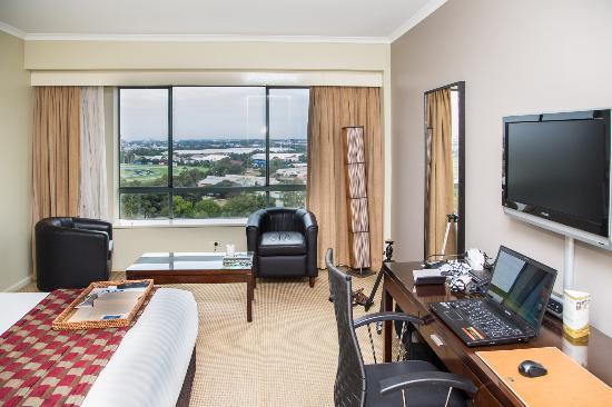โรงแรมริดเจส พารามัทต้า: Two nice lounge chairs in the room