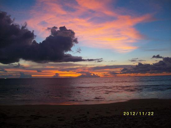 Centara Grand Beach Resort Phuket: Solnedgang från hotellstranden