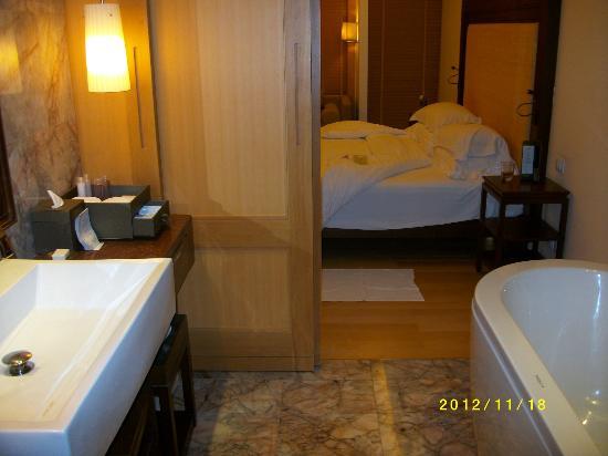 Centara Grand Beach Resort Phuket: Rummet går att avskilja med skutdörr /sovrum/badrum