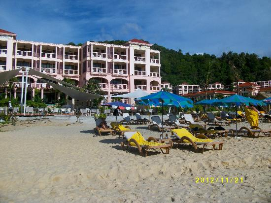 Centara Grand Beach Resort Phuket : Egen strand