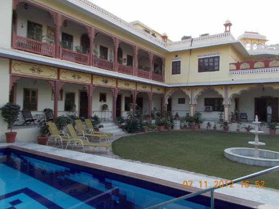 Madhu Pushp Bhawan: The facade