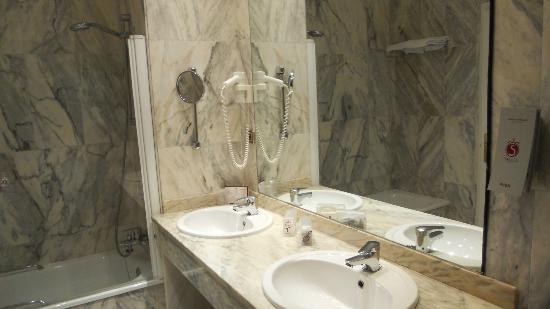 Salles Hotel Malaga Centro: Large double bathroom!