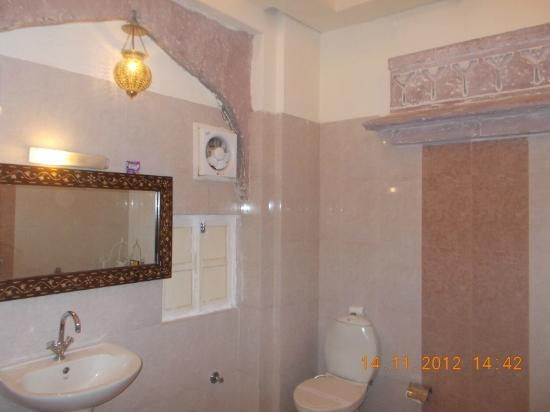 The Kothi Heritage: Luxury room bathroom