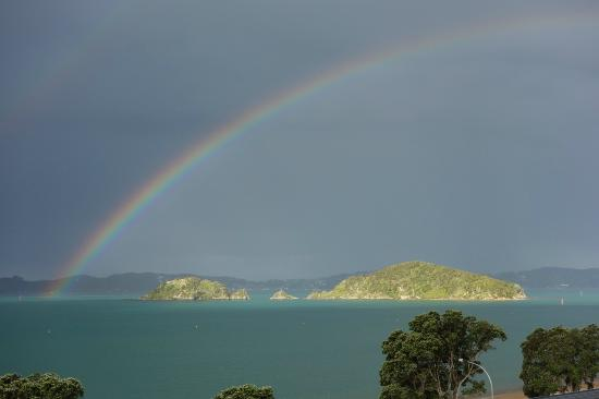 Blue Pacific Apartments Paihia: rainbow over Paihia