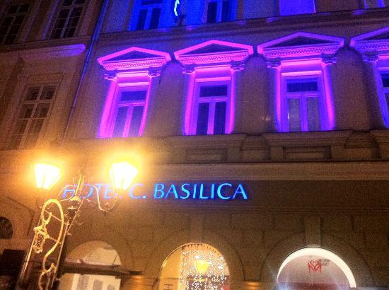 Hotel Central Basilica: facciata illuminata del Central