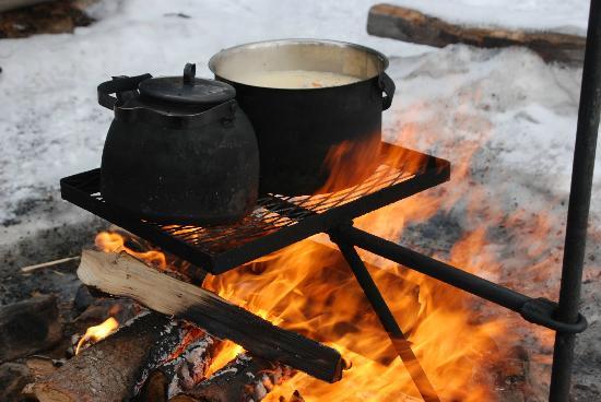 Saija Oy: Mittags gibt es bei den Hundeschlitten-Fahrten heißes Essen am Lagerfeuer.