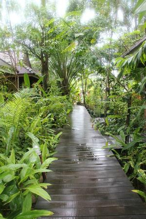 Sunda Resort: wooden bridges all around the hotel ground