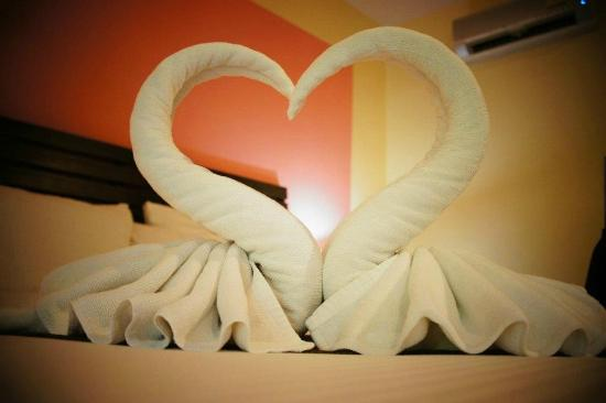 Sunda Resort: Beautiful towel swans! Different animals everyday!