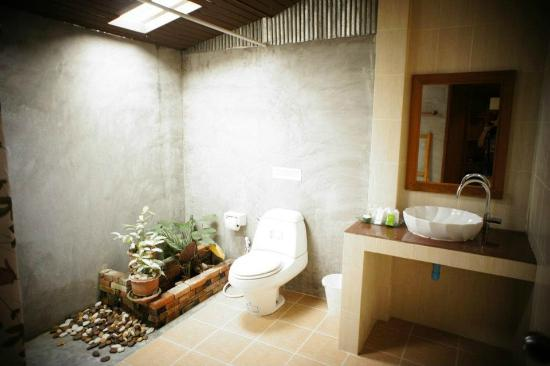 Sunda Resort: spacious toilet with pots of greeneries