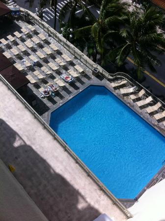 Ohana Waikiki West: View of the pool from level 8