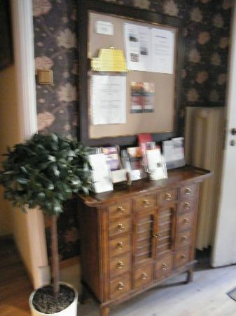 OldHouse Hostel: У входной двери