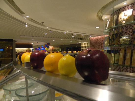 The Royal Pacific Hotel & Towers: Fruits