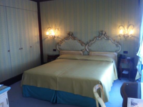 Hotel Monaco & Grand Canal: room 228