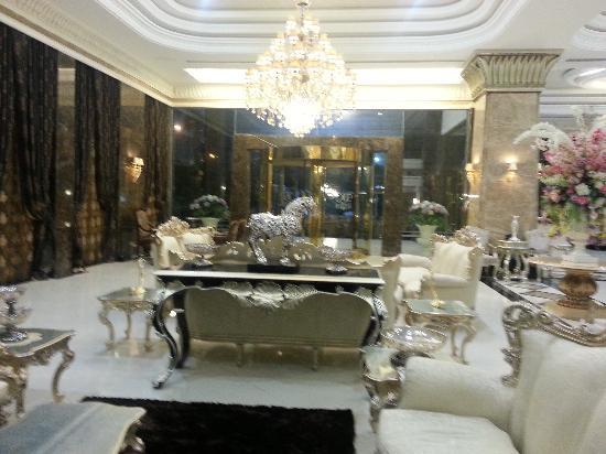 LK The Empress: Hotel lobby.