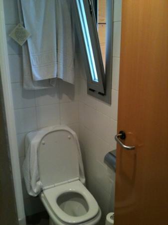 Gran Ducat Hotel: finestra inesistente bagno piccolissimo