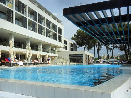 Hotel Laguna Parentium: Blick vom Süßwasserpool auf das Hotel (Teilansicht)