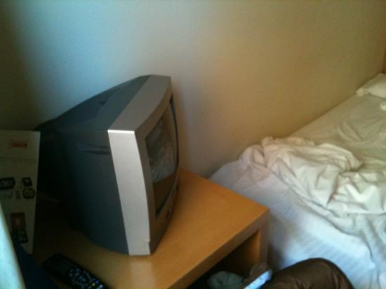 Gran Ducat Hotel: tv antica e attaccata a letto zero spazio