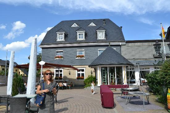 Sporthotel Landhaus Wacker: Vista del Hotel desde el aparcamiento exterior y terraza.